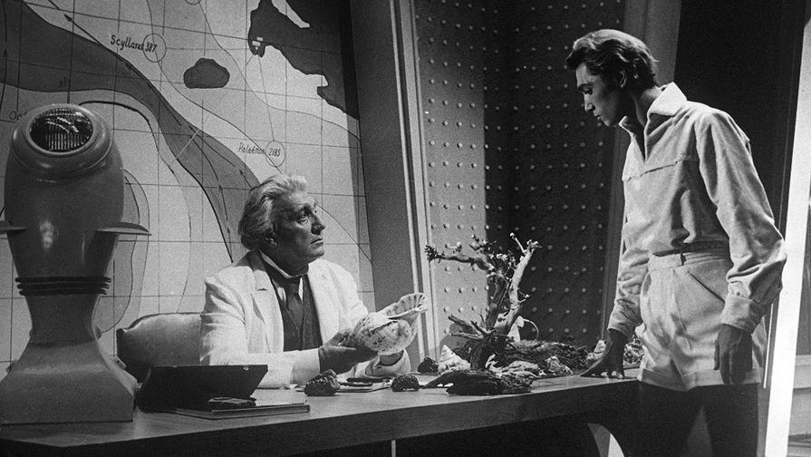 Кадр из кинофильма «Человек-амфибия». 1961 год. В роли Ихтиандра- Владимир Коренев, в роли профессора Сальватора- Николай Симонов