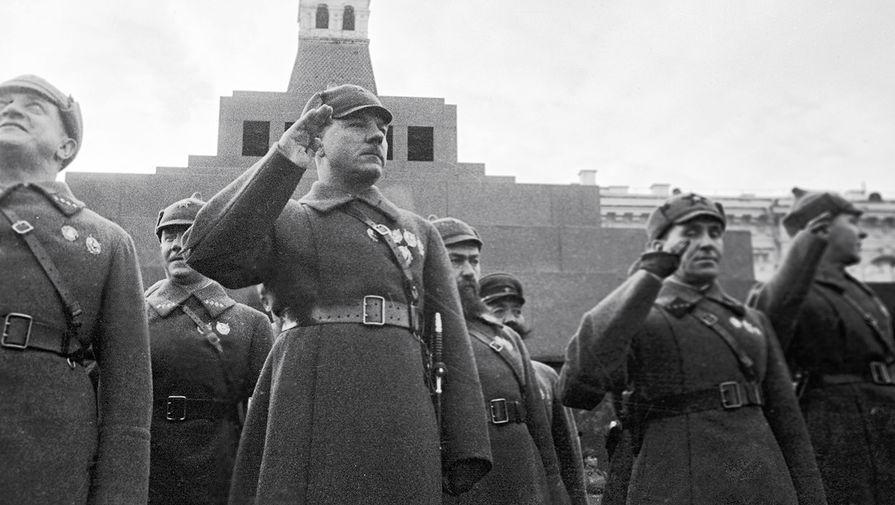 Нарком обороны СССР Климент Ворошилов во время военного парада в годовщину Октябрьской революции на Красной площади, 1935 год