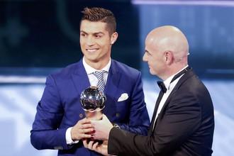 Глава ФИФА Джанни Инфантино (справа) вручает Криштиану Роналду ценный приз