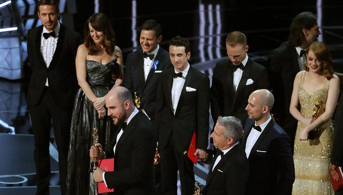 Съемочная группа и актеры из фильма «Ла-Ла Ленд» на сцене церемонии за мгновения до того, как они узнают, что получили «Оскар» по ошибке