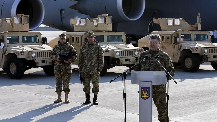 Президент Петр Порошенко и внедорожники Humvee во время встречи в аэропорту Борисполь первого самолета с нелетальной помощью Соединенных Штатов Украине, март 2015 года