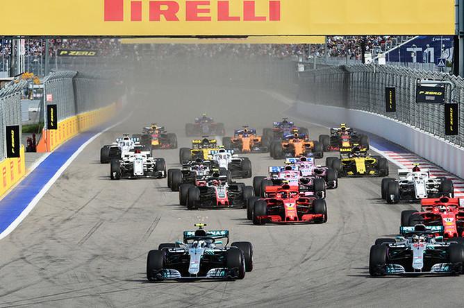 Гонщики принимают участие в гонке на российском этапе чемпионата мира по кольцевым автогонкам в классе «Формула-1». На первом плане- гонщики команды «Мерседес» Валттери Боттас (слева) Льюис Хэмилтон, 30 сентября 2018 года