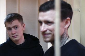 Брат футболиста Александра Кокорина Кирилл (слева) и футболист Павел Мамаев на заседании Пресненского суда города Москвы, 10 апреля 2019 год