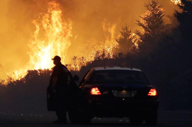 Полицейский автомобиль во время лесного пожара в городе Санта-Роза, Калифорния, 10 октября 2017 года