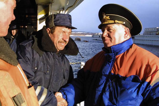 Руководитель экспедиции особого назначения по подъему АПЛ «Курск» начальник штаба Северного флота вице-адмирал Михаил Моцак (справа) поздравляет работников Росляковского дока с успешным проведением операции в плавучем доке, 23 октября 2001 года