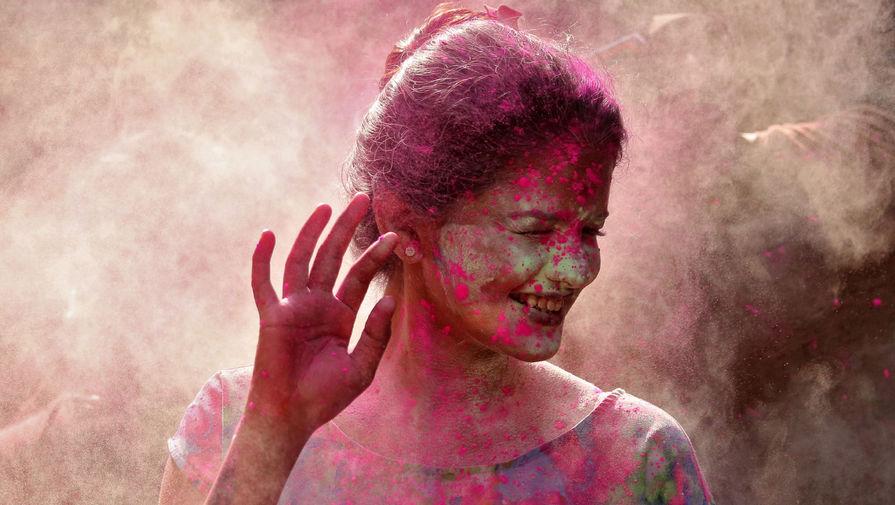 Участница фестиваля Холи в Ченнаи, Индия, 29 марта 2021 года