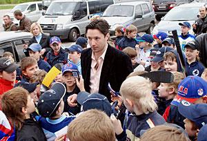 Илья Ковальчук в Твери в окружении юных поклонников СКА
