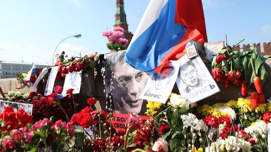 Мемориал памяти Бориса Немцова на Большом Москворецком мосту спустя 40 дней после убийства политика в центре Москвы, 7 апреля 2015 года