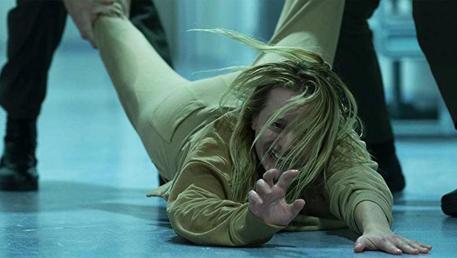Элизабет Мосс в кадре из фильма «Человек-невидимка» (2020)