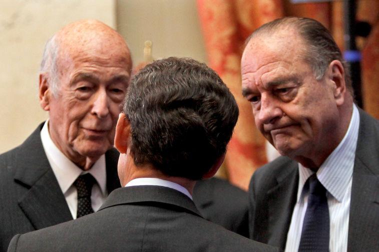 Президент Франции Николя Саркози во время беседы с бывшими президентами Жискаром д'Эстеном и Жаком Шираком в Париже, 2010 год