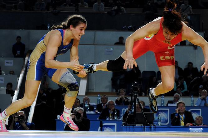 Олимпийская чемпионка Наталья Воробьева (в синем трико) в категрии до 72 кг предсказуемо выиграла в Тбилиси европейское золото