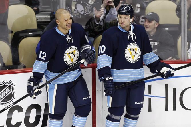 Новички «пингвинов» Джером игинла (слева) и Брендан Морроу на раскатке перед матчем