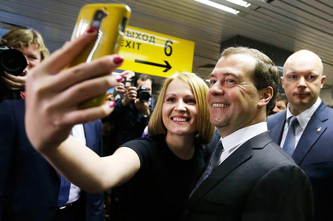 Дмитрий Медведев фотографируется с первыми пассажирами авиакомпании «Добролет» в аэропорту Шереметьево
