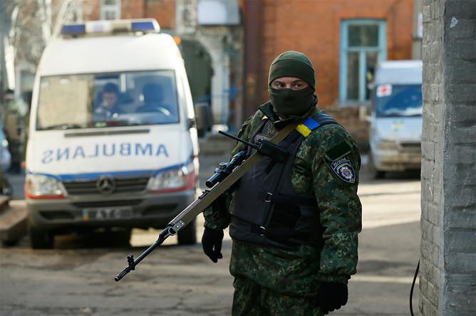 Украинский военнослужащий около больницы в Артемовске