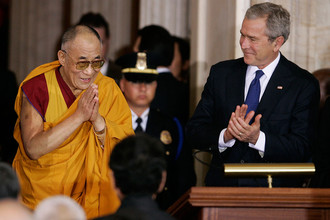 Президент Джордж Буш аплодирует далай-ламе во время его прибытия на церемонию Золотой медали Конгресса в Ротонде Капитолия, Вашингтон, 2007