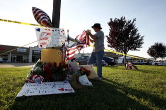 Дэвид Крофт фиксирует флаг на мемориале около Центра карьеры вооруженных сил, Чаттануга, штат Теннесси, США