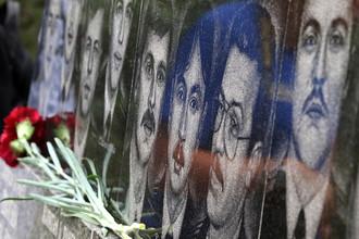 Возложение цветов к памятнику морякам-севастопольцам, погибшим на атомном ракетном подводном крейсере «Курск», в Севастополе