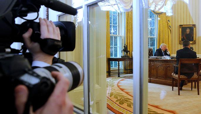 Дональд Трамп разговаривает с Ангелой Меркель
