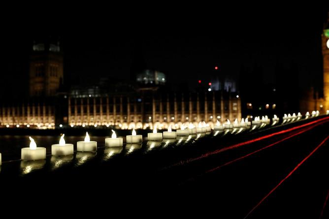 Свечи на Вестминстерском мосту в Лондоне, 23 марта 2017 года