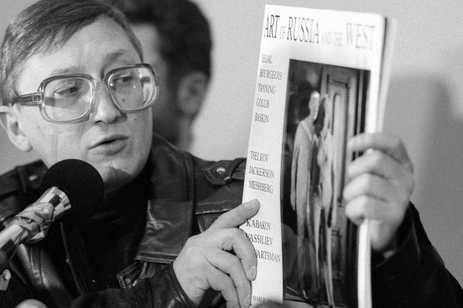 Михаил Шемякин показывает журналистам на пресс-конференции каталог своей выставки в Центральном Доме Художника, 1989 год