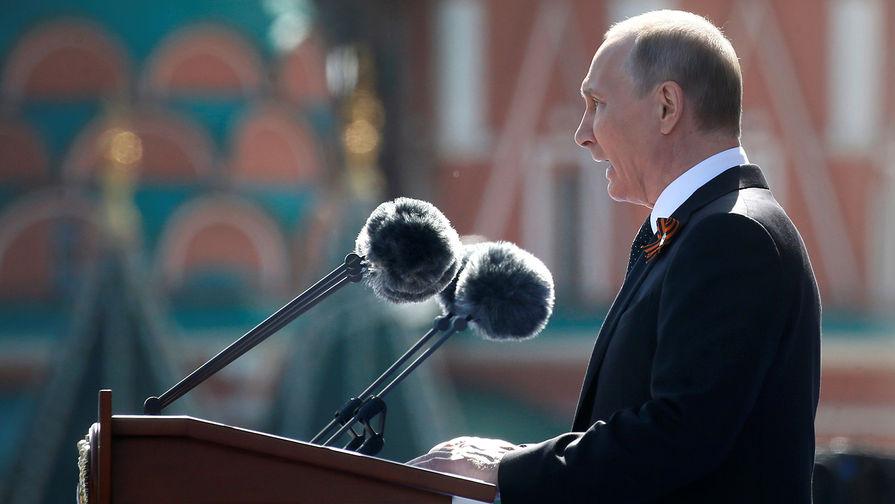 Владимир Путин на военном параде, посвященном 73-й годовщине Победы в Великой Отечественной войне 1941-1945 годов на Красной площади, 9 мая 2018 года