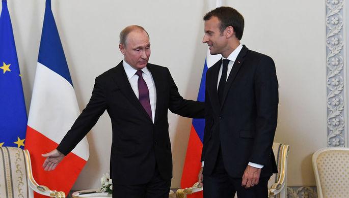 Президент России Владимир Путин и президент Франции Эмманюэль Макрон во время встречи в...