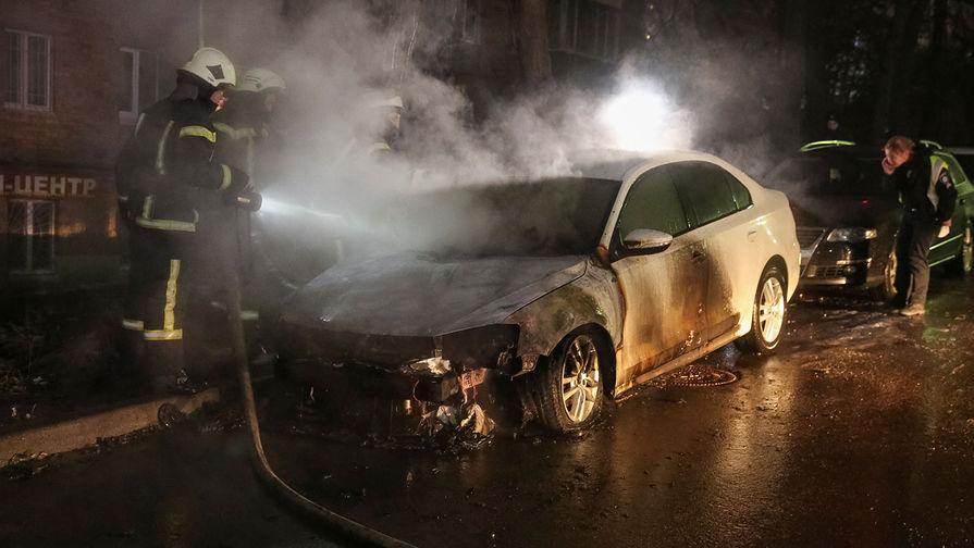 Мог быть поджог: в центре Киева сгорело авто российских дипломатов