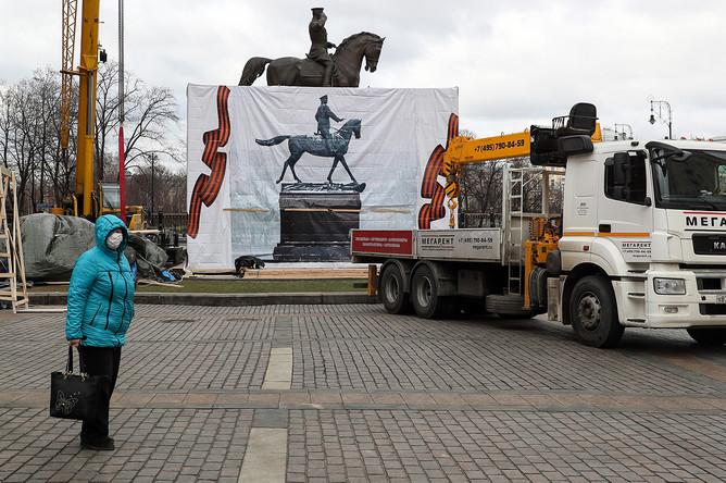 Во время установки нового памятника маршалу Георгию Жукову на Манежной площади, 20 марта 2020 года