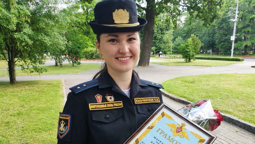 Медаль, букет, грамота: прапорщика-золушку наградил адмирал