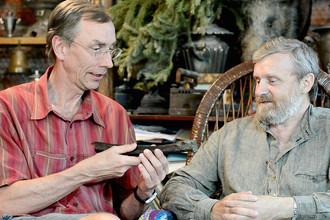Сванте Паабо и Николай Перистов с костью древнего сибиряка в Омске