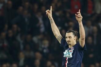 Нападающий ПСЖ Златан Ибрагимович празднует 100-й мяч в футболке клуба