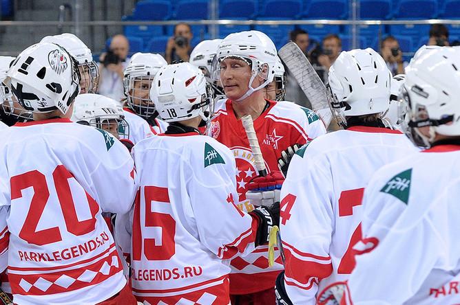 Президент РФ Владимир Путин, выступающий за команду «Легенды хоккея», во время хоккейного матча с воспитанниками образовательного центра для одаренных детей «Сириус»