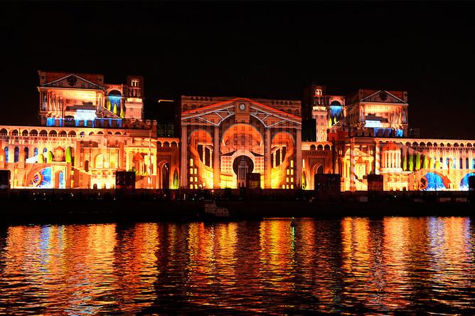 Световая проекция на комплексе зданий Министерства обороны РФ на Фрунзенской набережной в Москве