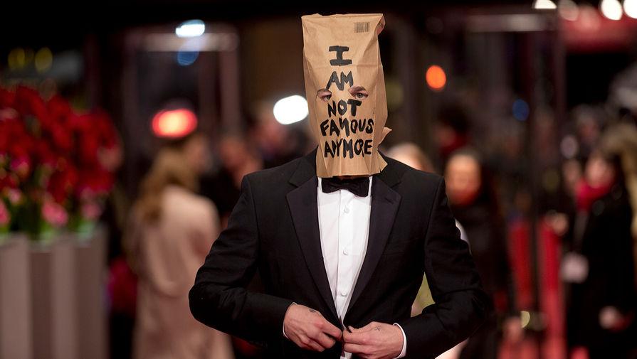 В 2014 году актер Шайа ЛаБаф, сыгравший одну из главных ролей в фильме «Нимфоманка» Ларса фон Триера, явился на премьеру картины с бумажным пакетом на голове. На нем было написано «Я больше не знаменитость»