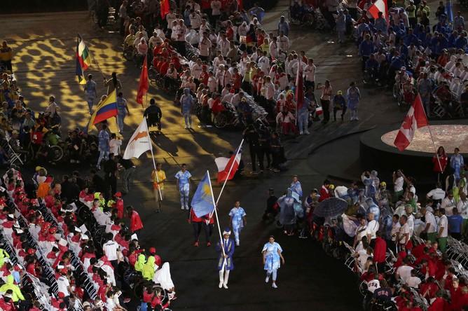 Знаменосцы выносят флаги стран — участниц Паралимпийских игр — 2016 в Рио-де-Жанейро