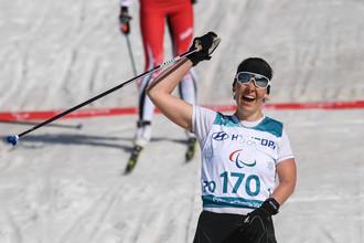 Российская лыжница и биатлонистка Анна Миленина празднует победу на Паралимпиаде-2018