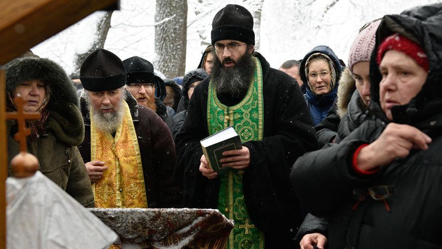 Священники вели богослужение на морозе из-за захвата храма УПЦ