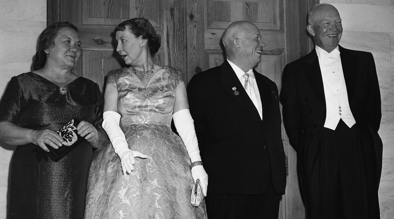 Первая леди СССР Нина Хрущева, первая леди США Мейми Эйзенхауэр, первый секретарь ЦК КПСС Никита Хрущев и президент США Дуайт Эйзенхауэр, 1959 год