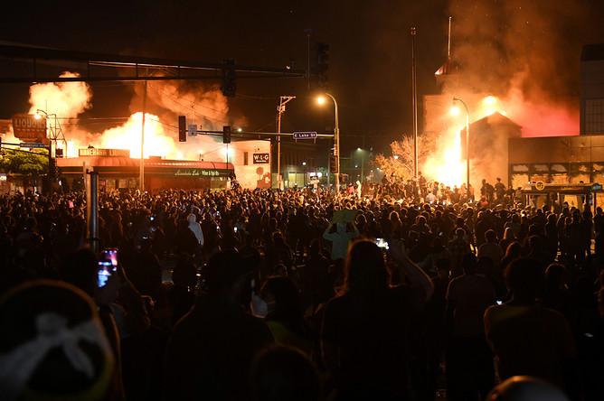 Протестующие около полицейского участка во время беспорядков в Миннеаполисе, 28 мая 2020 года