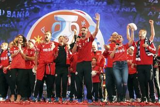 Футболисты сборной Албании по футболу празднуют выход на Евро-2016