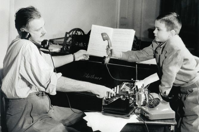 Никита Михалков с отцом Сергеем Михалковым, 1951 год