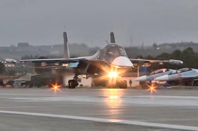 Многофункциональный бомбардировщик Су-34 перед вылетом с авиабазы Хмеймим в пункты постоянного базирования на территории России