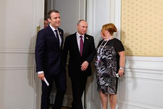 Президент РФ Владимир Путин и президент Франции Эммануэль Макрон (слева) перед началом совместного завтрака на полях саммита лидеров «Группы двадцати» в Гамбурге, 8 июля 2017 года