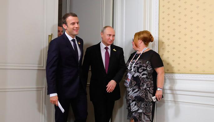 Президент РФ Владимир Путин и президент Франции Эммануэль Макрон (слева) перед началом совместного...