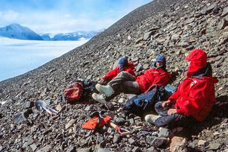 Антарктида, гора Pivot Peak, 1999 год. Джейн Уилленбринг (справа) была единственной женщиной в экспедиции из четырех человек вместе с профессором Дэвидом Маршаном (в центре) и его братом (слева) in Antarctica