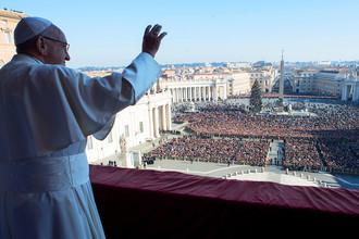 Папа Франциск выступает с традиционным Рождественским посланием с балкона собора Святого Петра в Ватикане, 25 декабря 2017 года