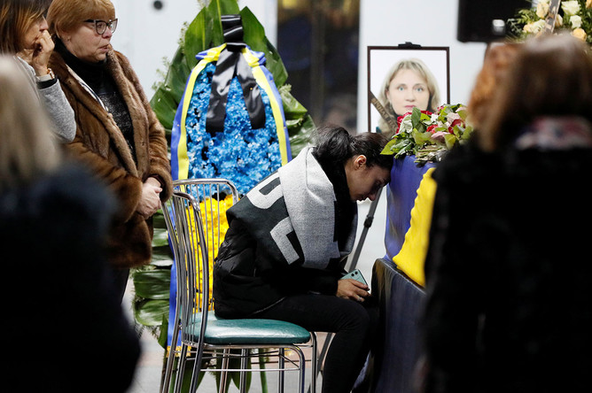 Родственники жертв принимают участие в закрытой части траурной церемонии в аэропорту «Борисполь», 19 января 2020 года