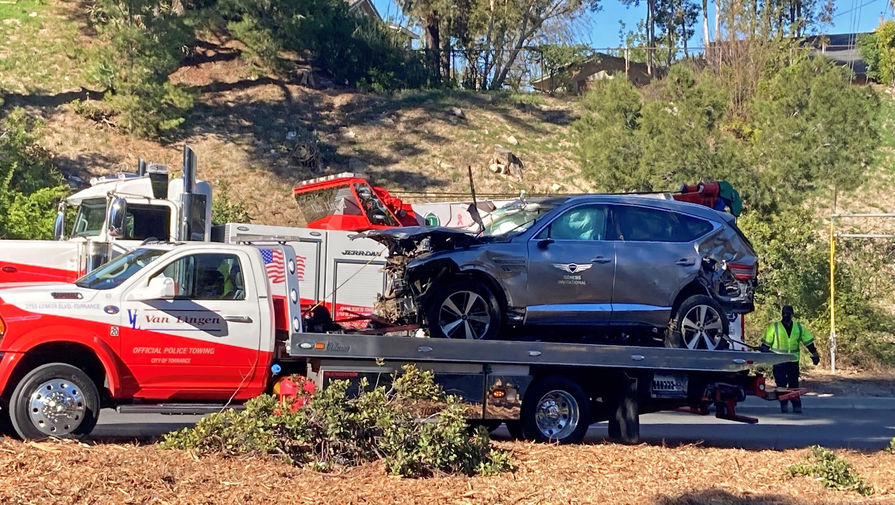 Разбитый автомобиль Тайгера Вудса в результате аварии