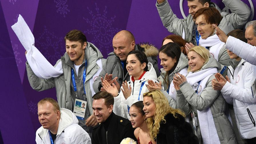 Фигуристка Алина Загитова (вторая справа на первом плане), тренер Этери Тутберидзе (справа на первом плане), хореограф Даниил Глейхенгауз (второй слева на первом плане) во время объявления результатов выступления. Справа налево на втором плане- российские фигуристы Евгения Медведева, Наталья Забияко, Евгения Тарасова, Михаил Коляда, второй справа на третьем плане- тренер Александр Жулин, справа налево на дальнем плане- российские фигуристы Владимир Морозов и Александр Энберт
