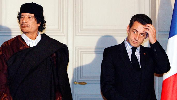 Президент Франции Николя Саркози и лидер Ливии Муаммар Каддафи во время подписания торговых...